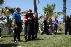 L''abbraccio commosso di Diego con il Master Carlo Bernardi suo formatore tecnico