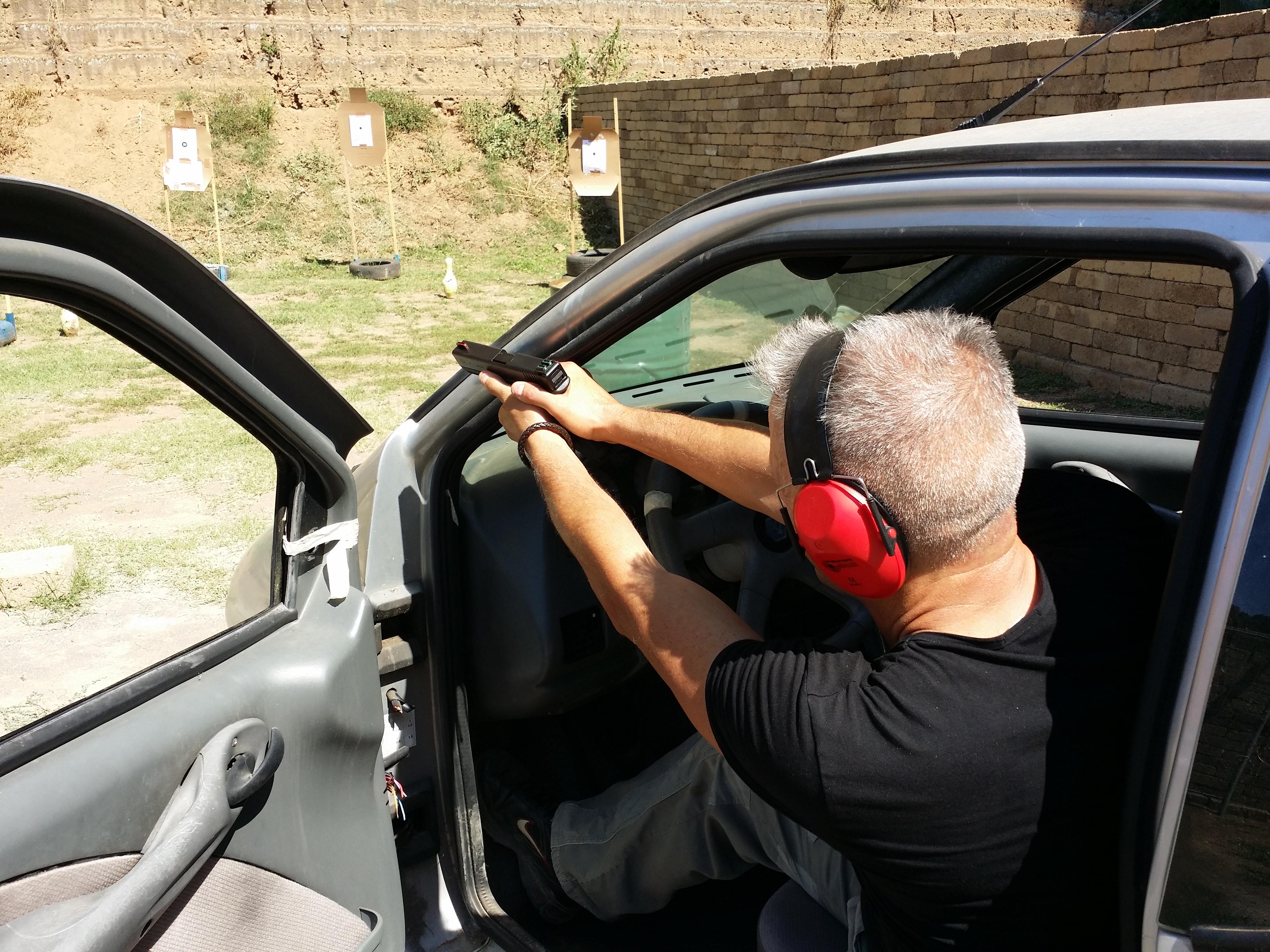 Master Carlo Bernardi mentre si cimenta nel Tiro da dentro un'Auto